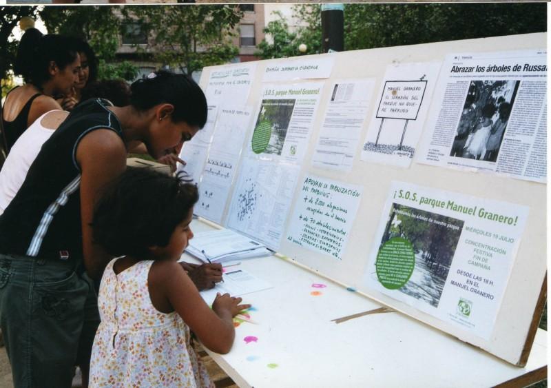 Recogiendo firmas en apoyo del parque